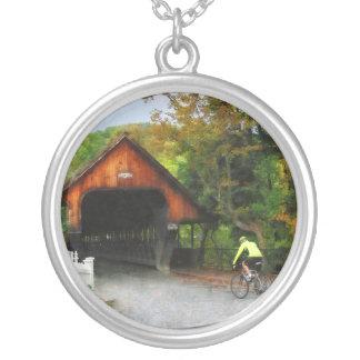 Bicyclist en el VT medio de Woodstock del puente Collar Personalizado