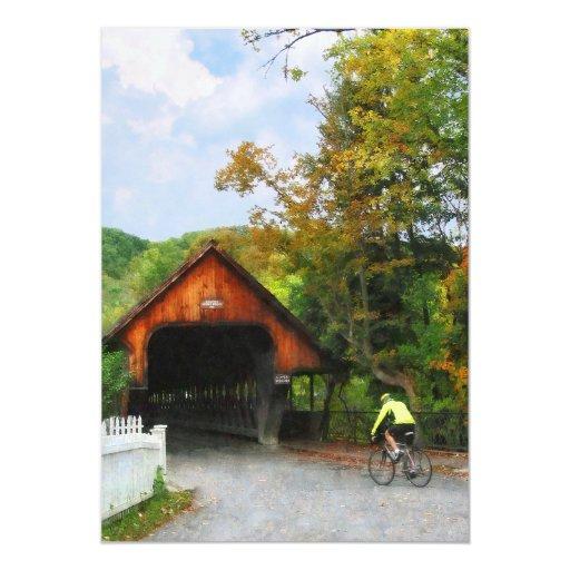 Bicyclist en el VT medio de Woodstock del puente Anuncios