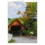 Bicyclist en el VT medio de Woodstock del puente Tarjeton