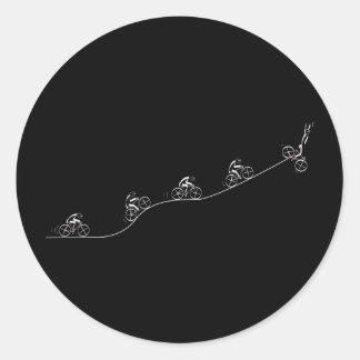 Bicyclist que pasa la colina etiqueta redonda