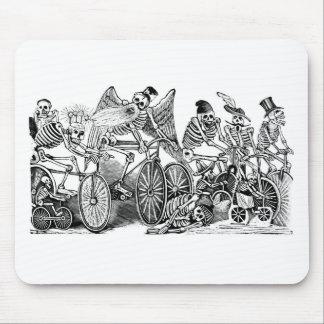 Bicyclists de Calavera circa último 1800's México Tapetes De Ratón