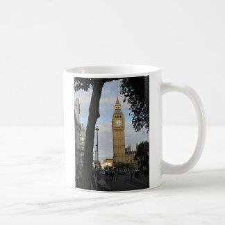 Big Ben a través de la taza del árbol