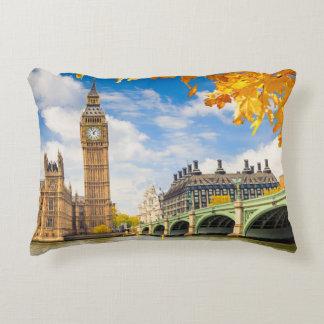 Big Ben con las hojas de otoño, Londres Cojín Decorativo