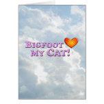 Bigfoot ama mi gato - básico tarjeta de felicitación