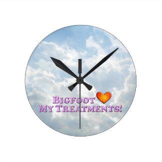 Bigfoot ama mis tratamientos - básicos reloj redondo mediano