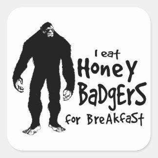 Bigfoot come los tejones de miel para el desayuno pegatina cuadrada
