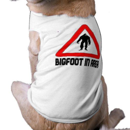Bigfoot en muestra amonestadora del triángulo del  camisas de perritos