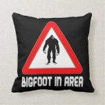 Bigfoot en señal de peligro del área almohada