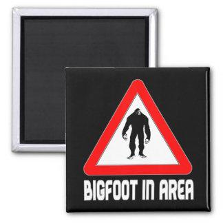 Bigfoot en señal de peligro del área imán cuadrado