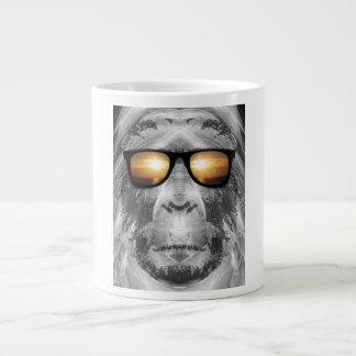 Bigfoot en sombras taza grande