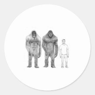 Bigfoot es grande comparado al hombre pegatina