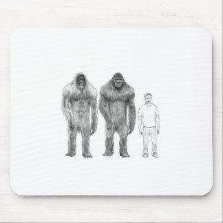 Bigfoot es grande comparado al hombre alfombrilla de ratones