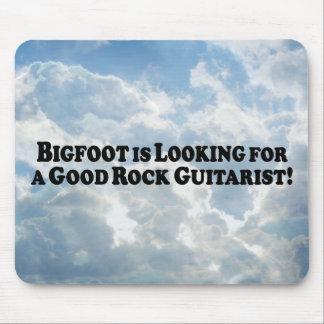 Bigfoot que mira para el buen guitarrista de la ro tapete de ratones