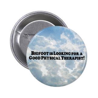 Bigfoot que mira para el buen terapeuta físico - B Pin Redondo De 2 Pulgadas