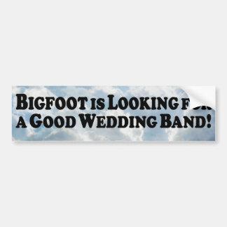 Bigfoot que mira para la buena alianza de boda - b pegatina para auto