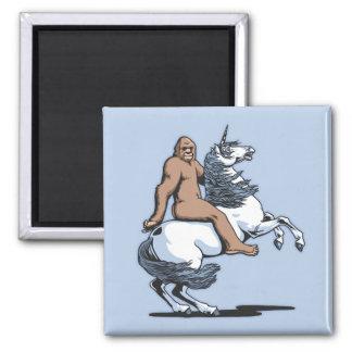 Bigfoot que monta un unicornio imán cuadrado