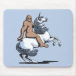 Bigfoot que monta un unicornio mousepads