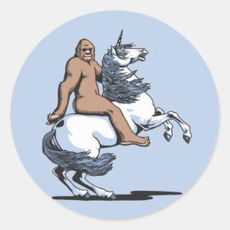 Bigfoot que monta un unicornio pegatina redonda