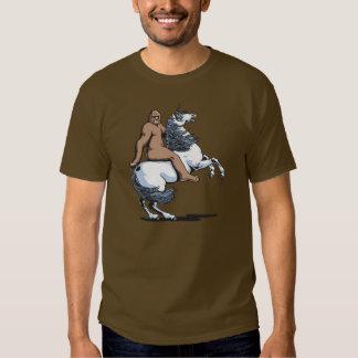 Bigfoot que monta un unicornio remeras
