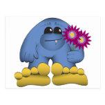 Bigfoot que sostiene las flores postales