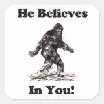 Bigfoot Sasquatch - él cree en usted Pegatina Cuadrada
