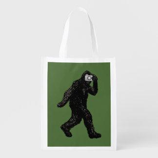 Bigfoot toma imágenes de mí bolsas de la compra