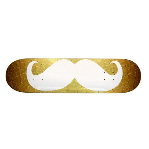 Bigote blanco divertido en el fondo 2 del oro skateboard