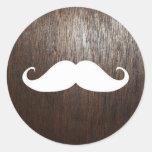 Bigote blanco divertido en fondo de madera de etiqueta redonda