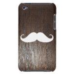 Bigote blanco divertido en fondo de madera de robl iPod Case-Mate funda