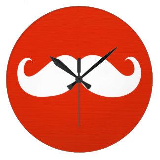 Bigote blanco divertido en rojo anaranjado reloj redondo grande