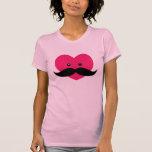Bigote con el corazón rosado lindo camiseta