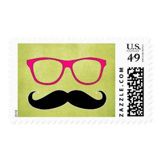 Bigote del inconformista y vidrios rosados timbres postales