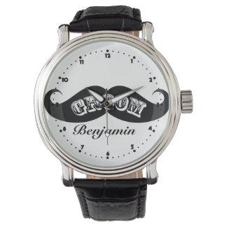 Bigote divertido del novio del inconformista relojes de pulsera
