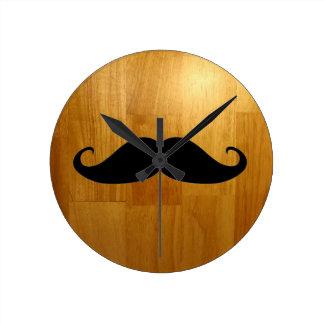 Bigote divertido en fondo de madera brillante de l reloj redondo mediano