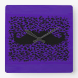 Bigote divertido en fondo púrpura oscuro relojes