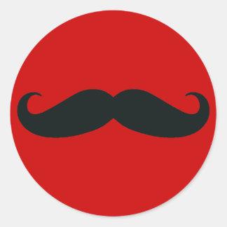 Bigote negro con el fondo rojo pegatina redonda
