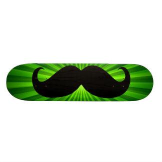 Bigote negro divertido en el fondo verde 2 skateboards