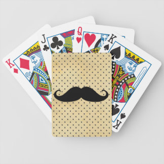 Bigote negro divertido en lunares del amarillo del baraja de cartas