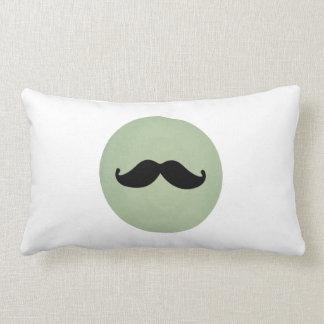 Bigote negro retro del vintage en verde menta lame almohada