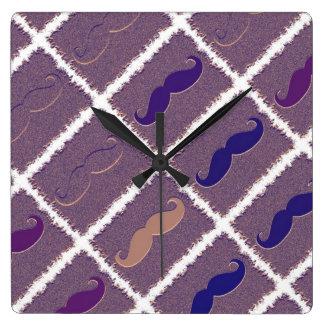 Bigote púrpura oscuro divertido reloj cuadrado