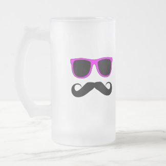 Bigote rosado de los vidrios retro taza de cristal