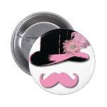 Bigote, sombrero de copa, plumas, y flor rosados pin