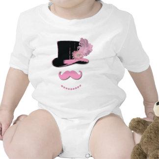 Bigote, sombrero de copa, plumas, y flor rosados traje de bebé