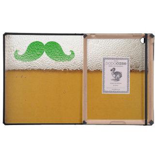 Bigote verde divertido en la cerveza y la espuma