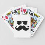 Bigote y cara divertidos de las gafas de sol baraja cartas de poker