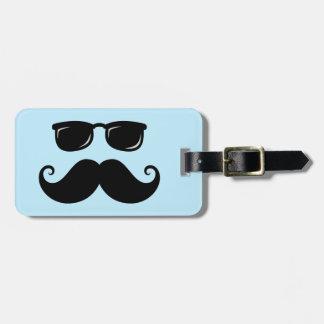 Bigote y cara divertidos de las gafas de sol en az etiquetas para equipaje