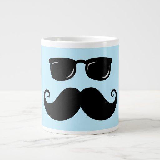 Bigote y cara divertidos de las gafas de sol en az taza grande