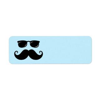 Bigote y cara divertidos de las gafas de sol en etiqueta de remite