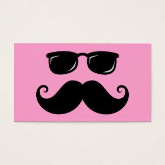 Bigote y cara divertidos de las gafas de sol en tarjeta de negocios