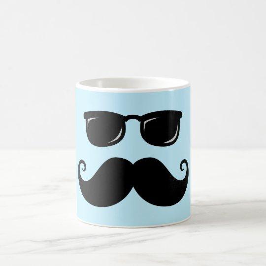 Bigote y cara divertidos de las gafas de sol en taza de café